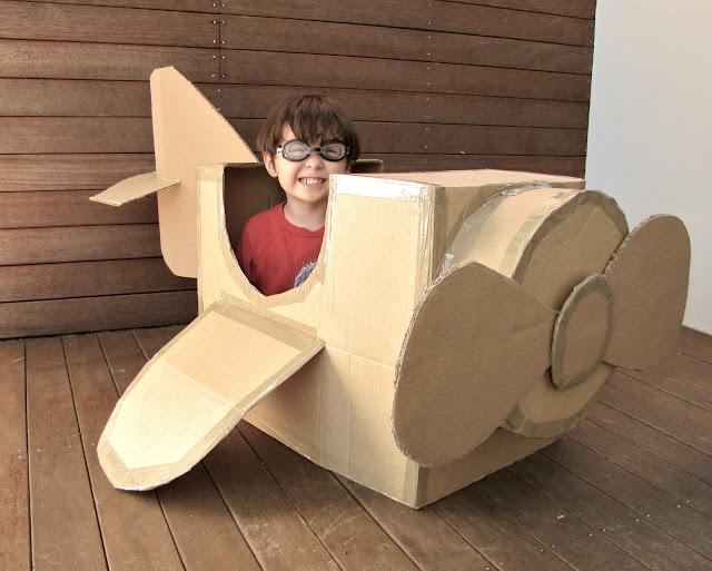 Avioneta de juguete hecha de cartón