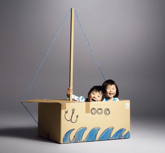 Barco de juguete fabricado con una caja de cartón