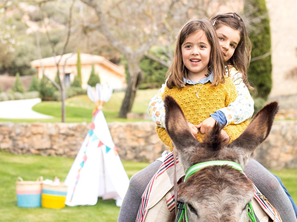 Cutamilla en familia, Sofía e Inés montando en burro