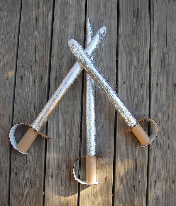 Espadas de juguete hechas de cartón