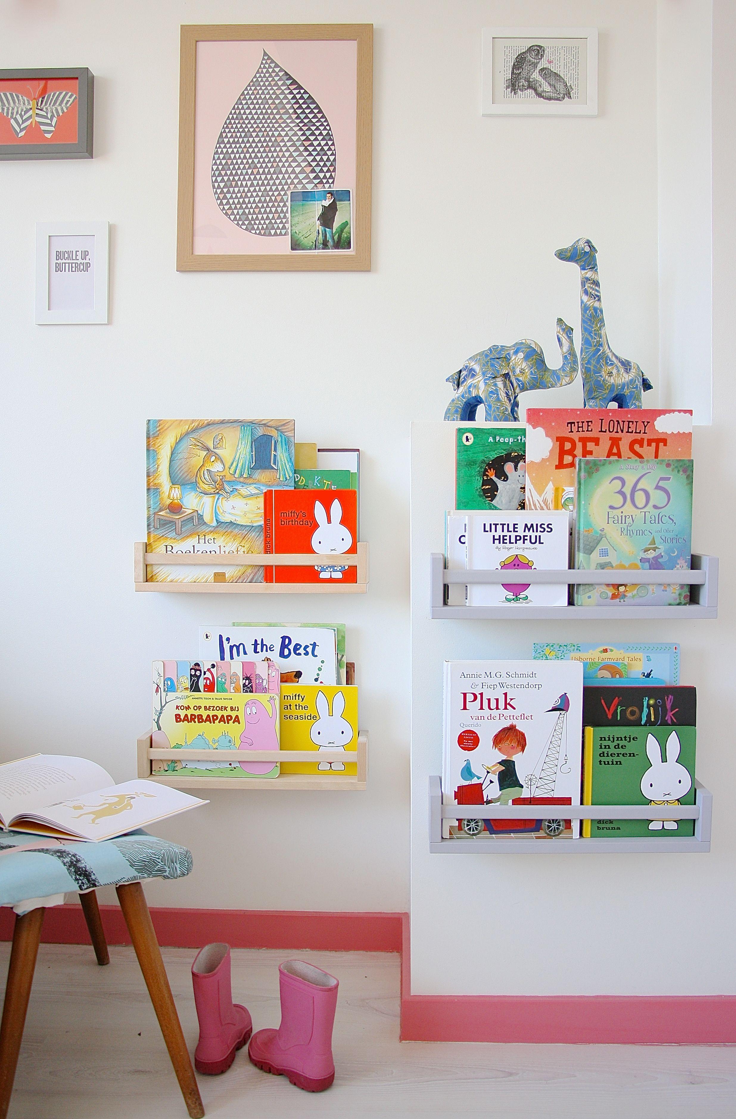 Rincón de lectura para niños con especieros de IKEA
